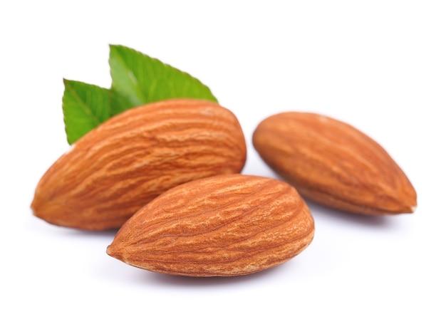 白の葉とアーモンドナッツ。