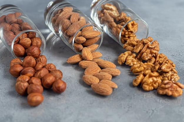 Миндаль, грецкие орехи и фундук в очках