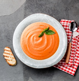 伝統的なスペインのアンダルシア風トマトクリームスープ、almorejo。