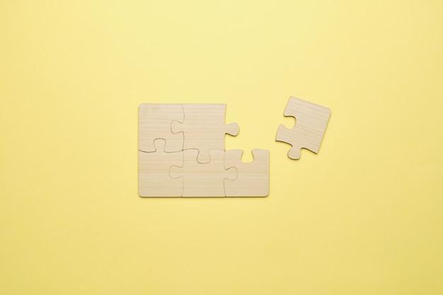 한 가지가 평면도에 도달하지 않고 거의 조립 된 나무 퍼즐.