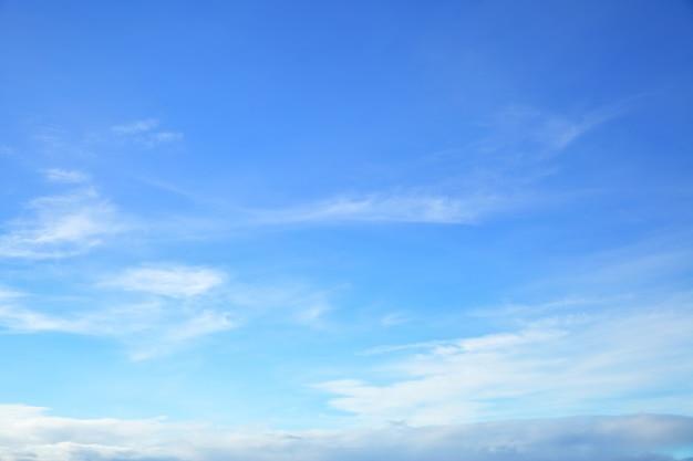 Только почти чистое голубое небо, естественный фото-фон