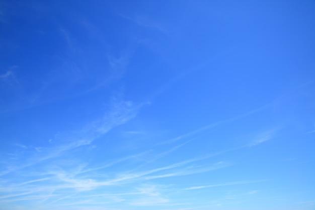 Почти чистое голубое небо - фото фон
