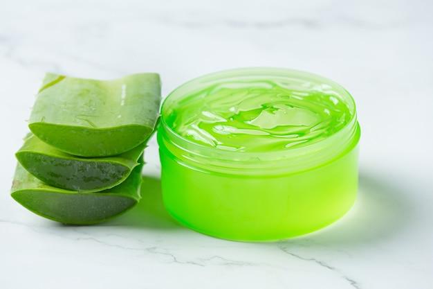 Crema cosmetica di aloe vera su superficie bianca