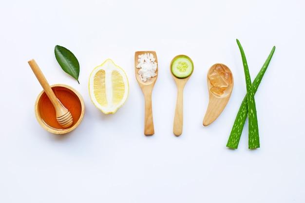 알로에 베라 젤, 레몬, 오이, 소금, 꿀. 수제 스킨 케어를위한 천연 성분
