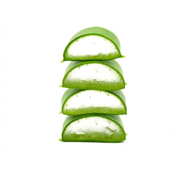 アロエベラの葉あなたの仕事の概念の設計のための白い背景に分離されたスタック。