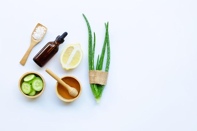 알로에 베라, 레몬, 오이, 소금, 꿀. 수제 스킨 케어를위한 천연 성분