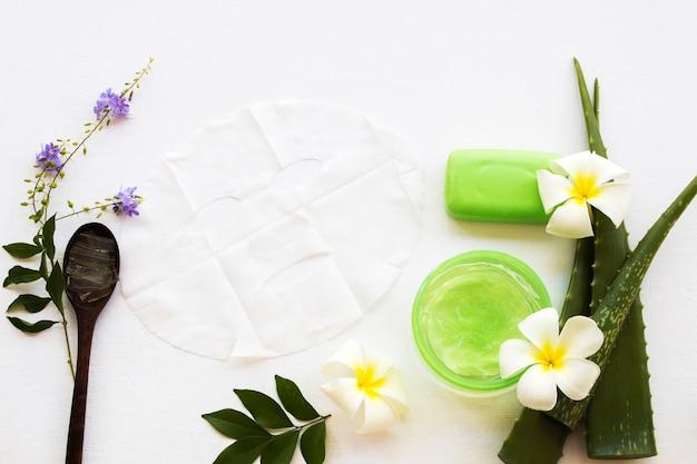 アロエベラの植物とスプーンと葉の近くの石鹸