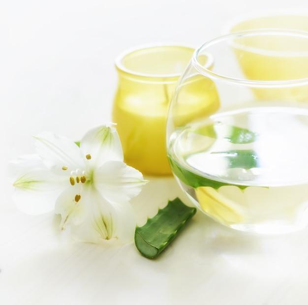 Вода алоэ вера с кусочками. алоэ вера используют в спа для ухода за кожей и в фитотерапии.