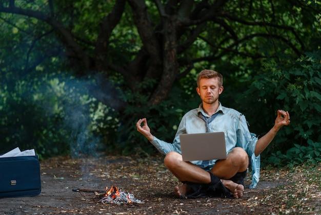 島、暖炉のそばでラップトップを持つ一人のビジネスマン
