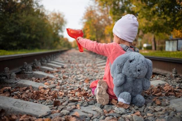 그날 태양의 마지막 광선을 잡기 위해 버려진 철도에서 노는 외로운 소녀