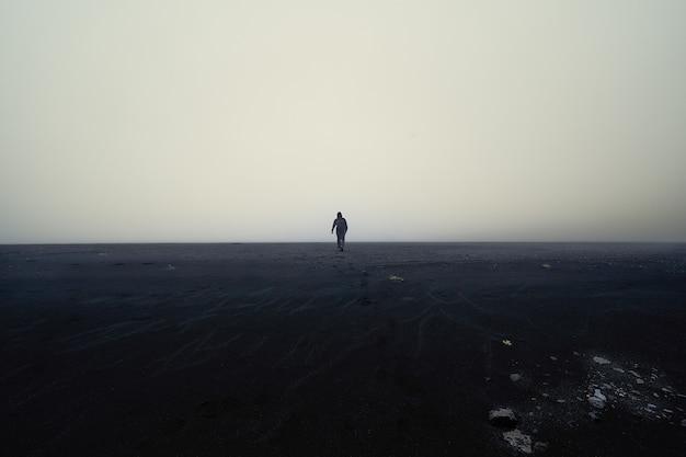 霧の氷原の前で一人で