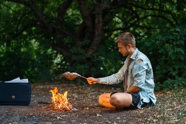 孤独なサラリーマンが砂漠の島で火事で暖まる