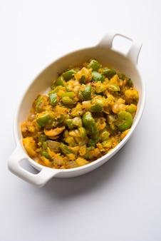 Aloo capsicumsabziまたはジャガイモとピーマンのsabjiはメインコースのインドのベジタリアンレシピです