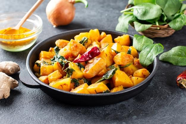 Aloo palak sabzi 또는 시금치 감자 카레가 프라이팬에 제공됨