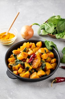 Aloo palak sabzi-시금치와 향신료가 첨가 된 감자 요리