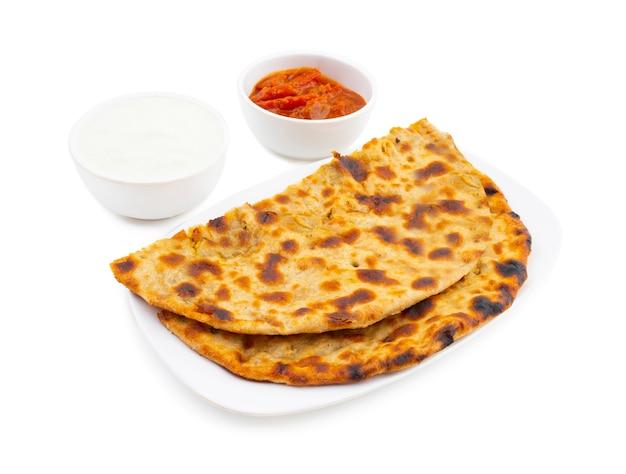 インドの朝食料理aloo paratha豆腐とピクルスを添えて