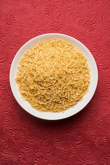 Закуска алоо сев или намкин изготавливается из картофельного пюре, муки нута и специй, выборочный фокус.