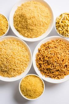 Aloo sev 또는 namkeen 스낵은 으깬 감자, 병아리콩 가루, 향신료, 선택적 초점으로 만들어집니다.