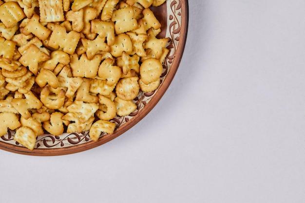 Cracker di alfabeto sul piatto di ceramica.