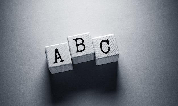 나무 큐브에 쓰여진 알파벳 영어 단어