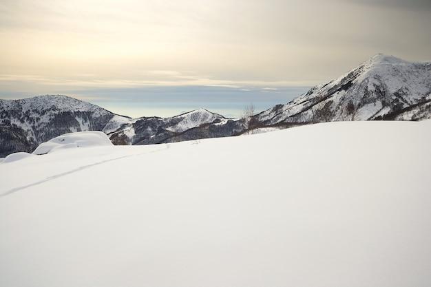 高山の雲と雪をかぶった山々