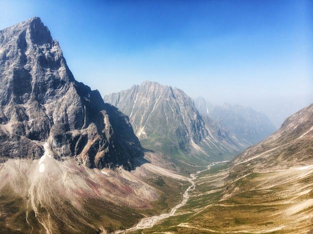 木や草が生えなくなったカムチャツカ山脈のアルピナドロミテの風景
