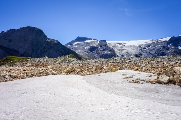Альпийские ледники и снежный пейзаж невес в пралоньян-ла-вануаз