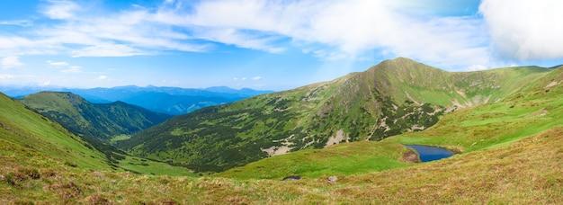 Альпийское озеро бребенекуль на летнем горном ущелье (украина, хребет черногора, карпаты). два кадра сшивают изображение.