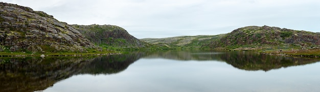 Alpine lake on the coast of the barents sea. kola peninsula, russia.