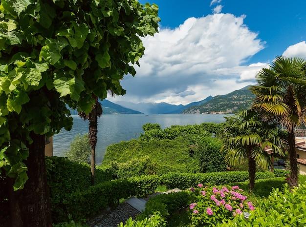 Высокогорный взгляд побережья лета озера комо (италия).