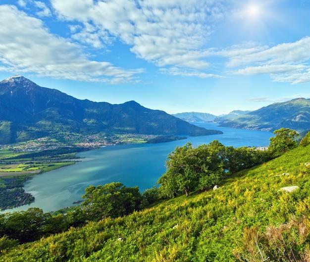 Летний вид на альпийское озеро комо с вершины горы (италия)