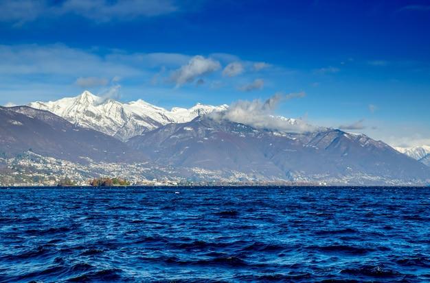 スイス、ティチーノ州のブリサゴ諸島と雪をかぶった山々のあるマッジョーレ湖
