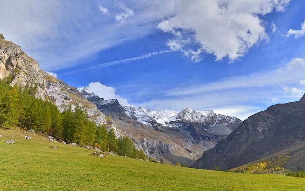 유럽에서 흐린 하늘 아래 알파인 산 풍경
