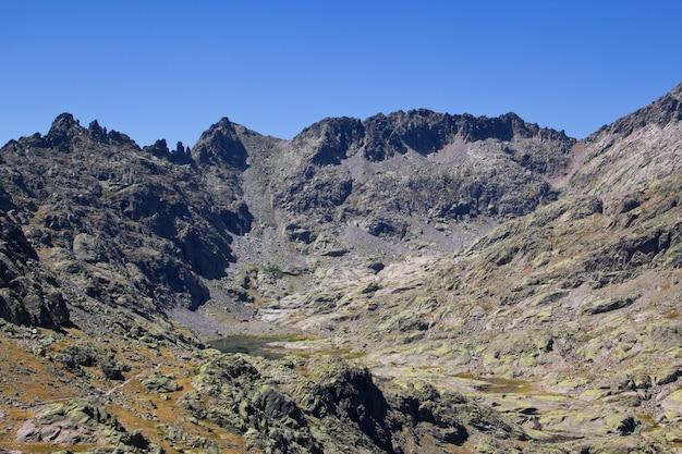 湖とアルプスの山の風景。