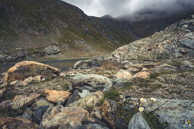暗い雲と霧のアルプス山脈
