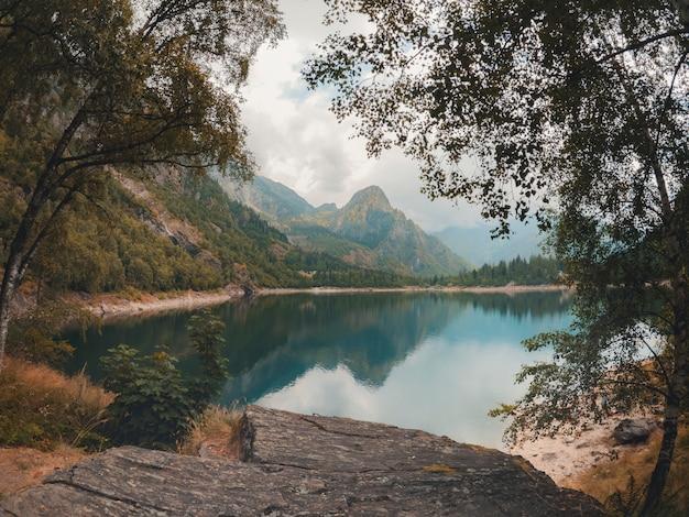 ターコイズブルーの湖と高山のパノラマ