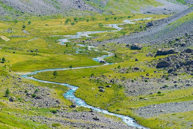 牧歌的な谷の高山の小川