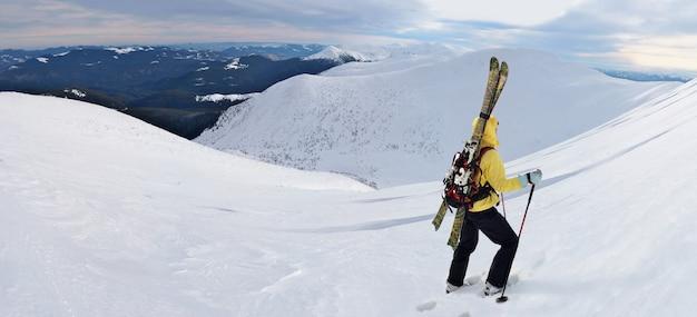 겨울 산에서 하이킹을 하는 알파인 투어링 스키어. carpathians, 우크라이나.