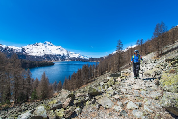 스위스 알프스에서 고산 트레킹 소녀는 큰 호수로 하이킹
