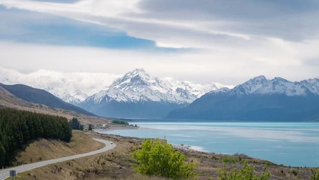 뉴질랜드를 배경으로 쿡 산이 있는 청록색 호수와 산이 있는 알파인 비스타