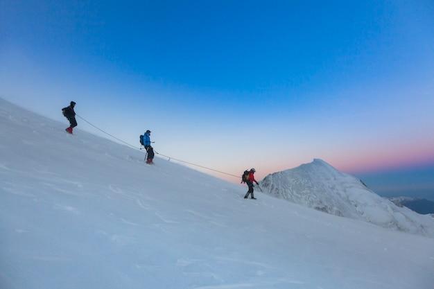 알피니즘 원정대가 귀국합니다. 프랑스 몽블랑. 하이킹 개념의 아름 다운 이미지입니다. 고산 고원에서의 완벽한 순간.