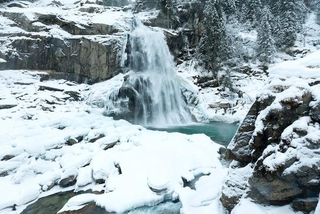 Альпы красивый горный водопад кримль австрия, зимний вид на тироль
