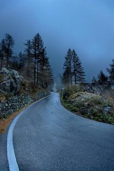アルプス、イタリア。秋の曇りの日の山道