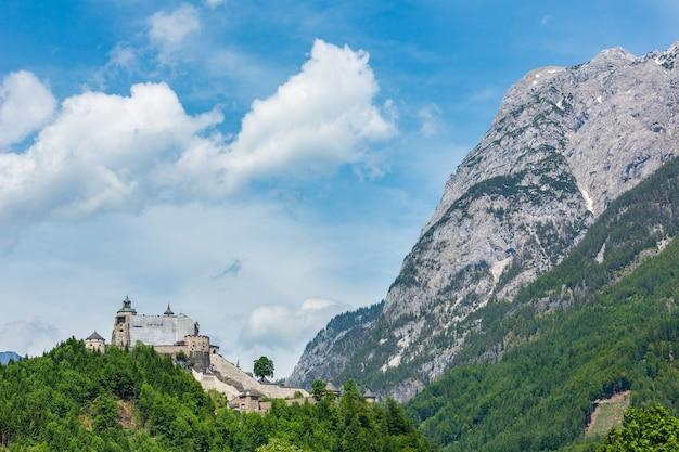 알프스 산 성 여름보기 (오스트리아, hohenwerfen 성, 1075에서 1078 사이에 지어졌습니다)
