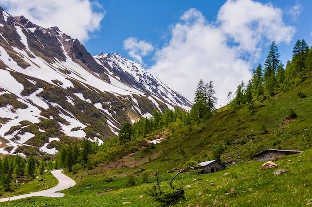 Альпы горный перевал сан-готтардо или летний пейзаж перевала сен-готард (швейцария).