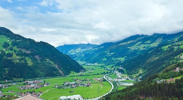 アルプス山脈の夏の景色とオーストリアの谷の村