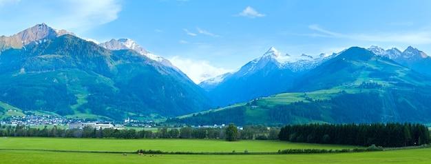 アルプス山脈の静かな田舎の夏のパノラマ(オーストリア)。 5枚の合成画像。