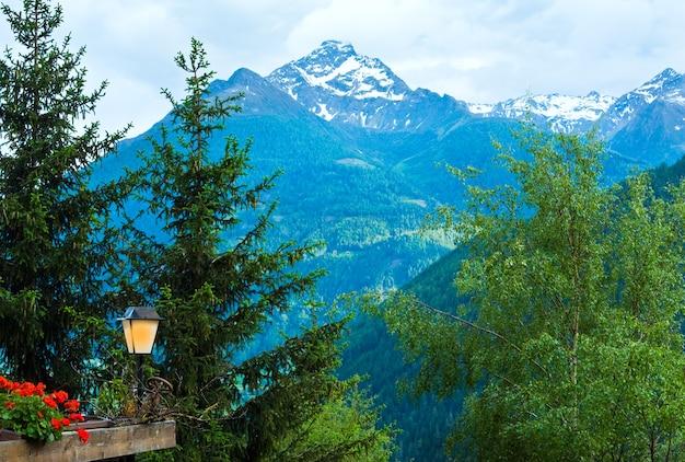 アルプス山脈のテラスからの静かな夏の景色。サイン、ロゴ、ラベルをランプに貼ることができます。