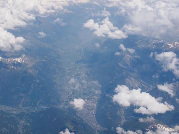 アルプス渓谷の空撮