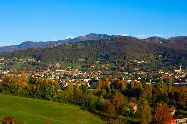 Долина альп осенью, ломбардия, италия